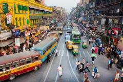 Stau mit Hunderten vom Stadttaxi, -bussen und -fußgängern Stockbild