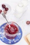 Stau mit roter Traube in einem Glasgefäß Lizenzfreie Stockfotos