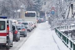Stau mitten in Winter Schneeunglück Stockbild