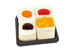 Stau- und Goldeigelbe verlegen den Kuchen, der auf Weiß lokalisiert wird Stockbild