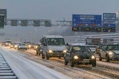 Stau und Schnee auf der Amsterdam-Landstraße Lizenzfreie Stockfotos