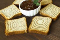 Stau und Toast auf einem hölzernen Brett Lizenzfreies Stockbild
