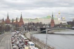 Stau von Autos am bewölkten Tag Prechistenskaya-Dammes im April moskau Lizenzfreie Stockbilder