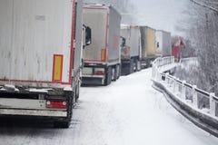 Stau von LKWs im Schneesturm Stockfotos
