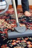Staub saugen des Teppichs Lizenzfreie Stockbilder
