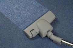Staub saugen des Teppichs lizenzfreie stockfotografie