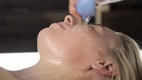 Staub saugen Sie Gesichtsmassage, Kosmetiker massiert mit Vakuumbanken stock video
