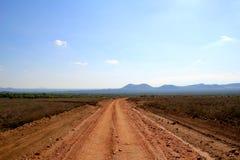 Staub-Straße zur Kenyan-Savanne Lizenzfreies Stockfoto