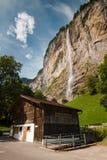 Staubbach cade con costruzione, Svizzera Fotografie Stock