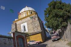 Staubige Gasse hinter Kirche in San Cristobal de Las Casas, Chiapas lizenzfreie stockbilder