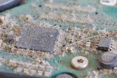 Staubige Leiterplatte von den Festplattenlaufwerken - Reihe des Computers zerteilt Stockfoto