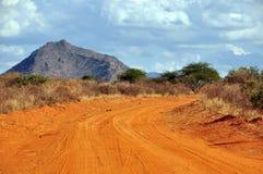 Staubige Straße in einem afrikanischen Nationalpark Lizenzfreies Stockfoto