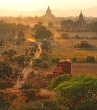 Staubige Straße in bagan, Myanmar. Stockfoto