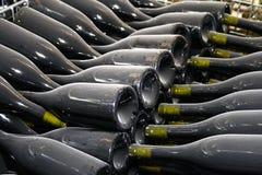 Staubige Weinflaschen Lizenzfreie Stockfotos
