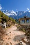 Staubiger Weg im Himalaja lizenzfreies stockbild