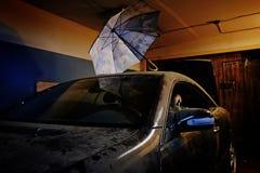 Staubiges altes Auto in der Garage Lizenzfreies Stockfoto