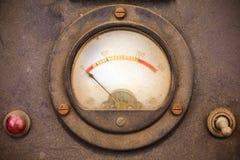 Staubiges Voltmeter der Weinlese in einem Metallgehäuse stockbild