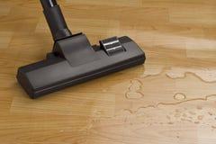Staubsauger-Pinsel-Reinigungswasser auf dem Fußboden Stockfoto