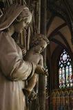 Staue da Mary santamente que guarda o bebê Jesus Christ dentro da catedral gótico de Saint-andré fotografia de stock royalty free
