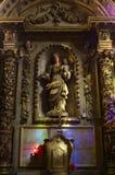 Staue da Mary santamente que guarda o bebê Jesus Christ dentro da catedral gótico de Saint-andré imagens de stock