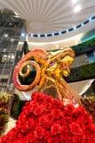 Staue dorato della capra con la rosa rossa nel centro commerciale a Bangkok Immagine Stock Libera da Diritti