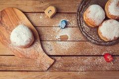 Stauen Sie Donuts mit Puderzucker für Chanukka-Feiertagsfeier Stockfotos