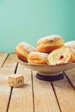 Stauen Sie Donuts mit Puderzucker für Chanukka-Feiertagsfeier Stockfoto