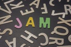 Stauen Sie geschrieben mit bunten hölzernen Buchstaben auf einen schwarzen Hintergrund Lizenzfreies Stockfoto