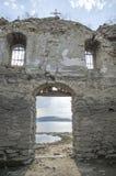 Stauen Sie Jrebchevo in der alten Steinkirchentür und in den Fenstern, Bulgarien Stockfoto