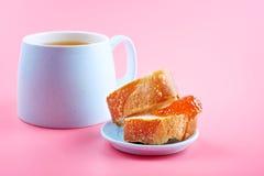 Stauen Sie mit Brot und Tee auf buntem Hintergrund Lizenzfreie Stockbilder