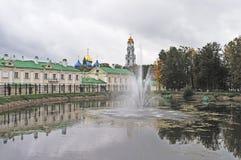 Stauen Sie mit Brunnen in Sergiev Posad, Russland Stockfotografie