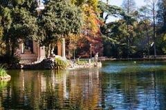 Stauen Sie mit Tempel in allgemeinen Gärten Landhaus Borghese Stockfoto