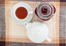 Stauen Sie, Tasse Tee und Teekanne auf Tabelle Stockfotos