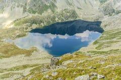 Stauen Sie in Tatra-Bergen - Wielki Hinczowy Staw (pleso Velke Hincovo) lizenzfreies stockbild