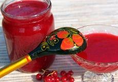 Stauen Sie von den Beeren der roten Johannisbeere in einem Glasgefäß Lizenzfreie Stockfotos