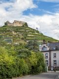 Staufen im άποψη Breisgau στους λόφους αμπελώνων με τις καταστροφές κάστρων στην κορυφή, Γερμανία στοκ φωτογραφία με δικαίωμα ελεύθερης χρήσης