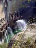 Staumauer mit Schießenwasser lizenzfreies stockbild