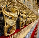 Staute de oro del lado derecho de Garuda en el templo de Emerald Buddha, parentesco Imágenes de archivo libres de regalías
