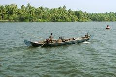 Stauwasser-tägliche lebens- Landbootstätigkeit Stockbilder