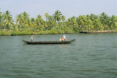 Stauwasser-tägliche lebens- Landbootstätigkeit Stockfotografie