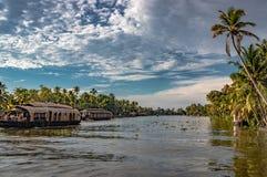 Stauwasseransicht mit Hausbooten und Palme stockbild