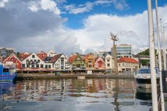 Stavanger, Νορβηγία - 31 Ιουλίου 2016: το εσωτερικό λιμάνι του λιμένα του Stavanger, κάτω από έναν να απειλήσει ουρανό στοκ εικόνα με δικαίωμα ελεύθερης χρήσης