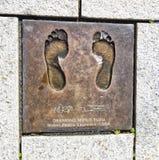 STAVANGER, ΝΟΡΒΗΓΙΑ - 9 ΙΟΥΛΊΟΥ 2015: Χαλκός που πετιέται των γυμνών ποδιών του Desmond Mpilo Tutu, δαφνοστεφής ειρήνης Νόμπελ στ Στοκ εικόνες με δικαίωμα ελεύθερης χρήσης
