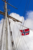 STAVANGER, NOORWEGEN - CIRCA SEPTEMBER 2016: Drie bemanningsleden beklimmen op een Noorse schip` s mast stock foto