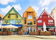 STAVANGER NORGE - JULI 09, 2015: Gamla hus (circa XIX c ) på den Skagenkaien gatan (del av blåttpromenad) av den historiska mitte Arkivfoton
