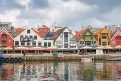 Stavanger, Noruega - 31 de julho de 2016: o porto interno do porto de Stavanger, sob um céu de ameaça fotografia de stock royalty free