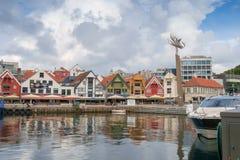 Stavanger, Noruega - 31 de julho de 2016: o porto interno do porto de Stavanger, sob um céu de ameaça fotografia de stock