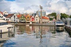 Stavanger, Noruega - 31 de julho de 2016: o porto interno do porto de Stavanger, sob um céu de ameaça foto de stock