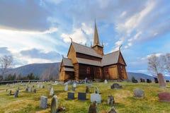 Stavkyrkje di Lom della chiesa della doga di Lom con la priorità alta del cimitero Fotografia Stock Libera da Diritti