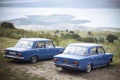STAVROPOL, RÚSSIA, VERÃO 2014: dois carros na costa do lago Fotografia de Stock